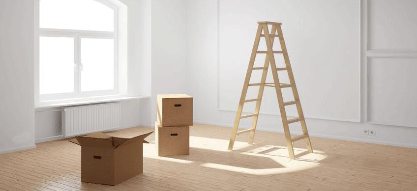 20588309-lege-ruimte-met-ladder-en-kartonnen-dozen-en-hardhouten-vloer